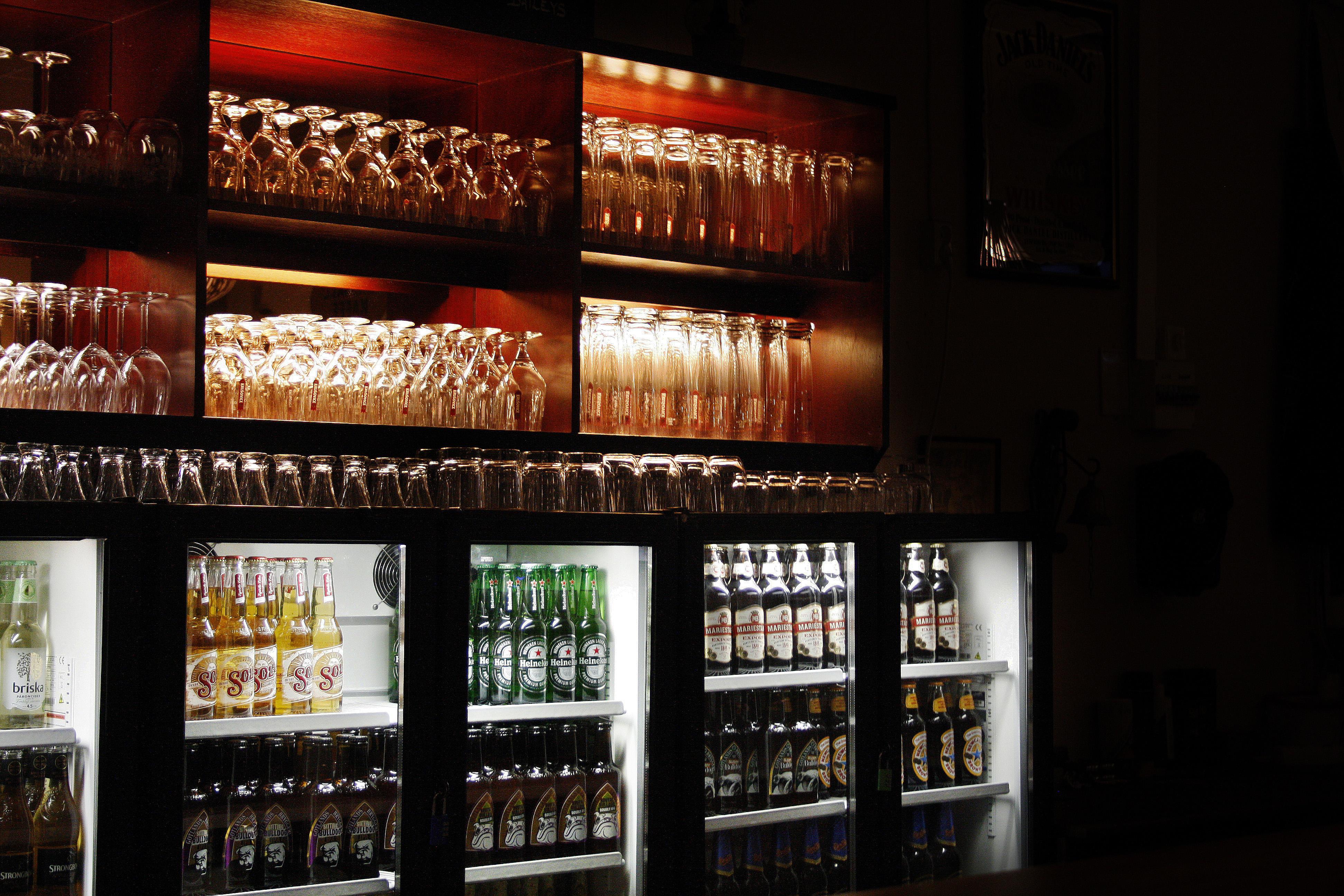 Bar med många olika ölsorter och ölglas i mysig miljö